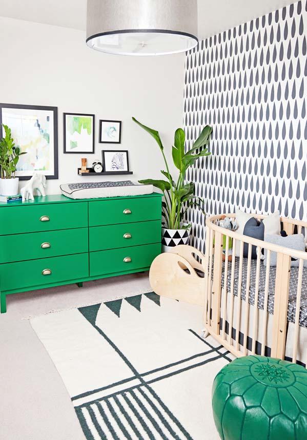 Padrões e pontos verdes espalhados por esta decoração de quarto de bebê
