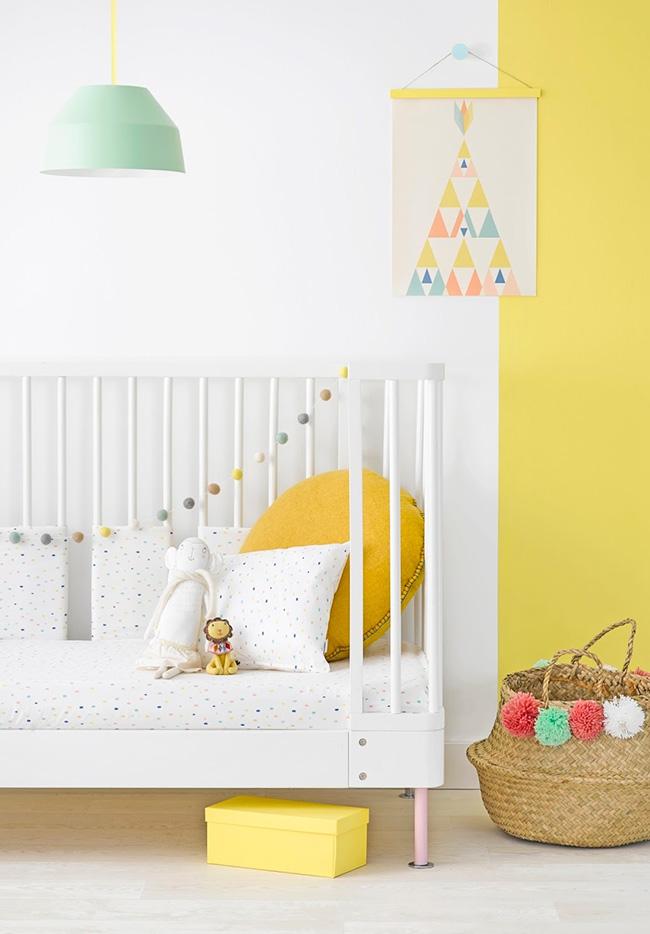 Amarelo para chamar a alegria e animação em alguns pontos deste quarto de bebê feminino