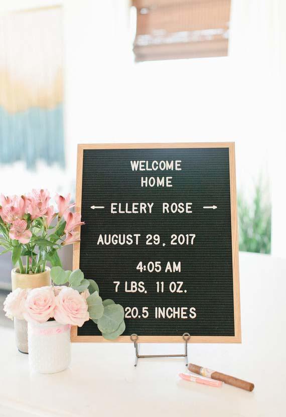 Um cantinho para não esquecer a chegada do novo membro da família: plaquinha com informações