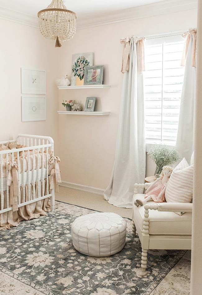 Num clima cheio de fofura e charme, uma decoração de quarto de bebê feminino digno de uma princesa