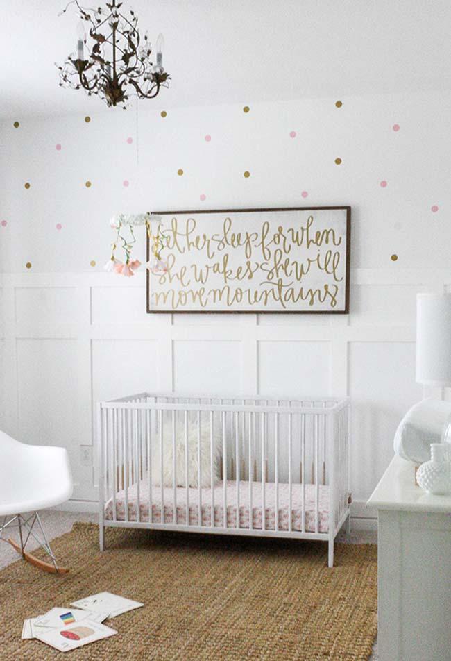 Mantenha os móveis neutros e invista em uma decoração de parede cheia de personalidade