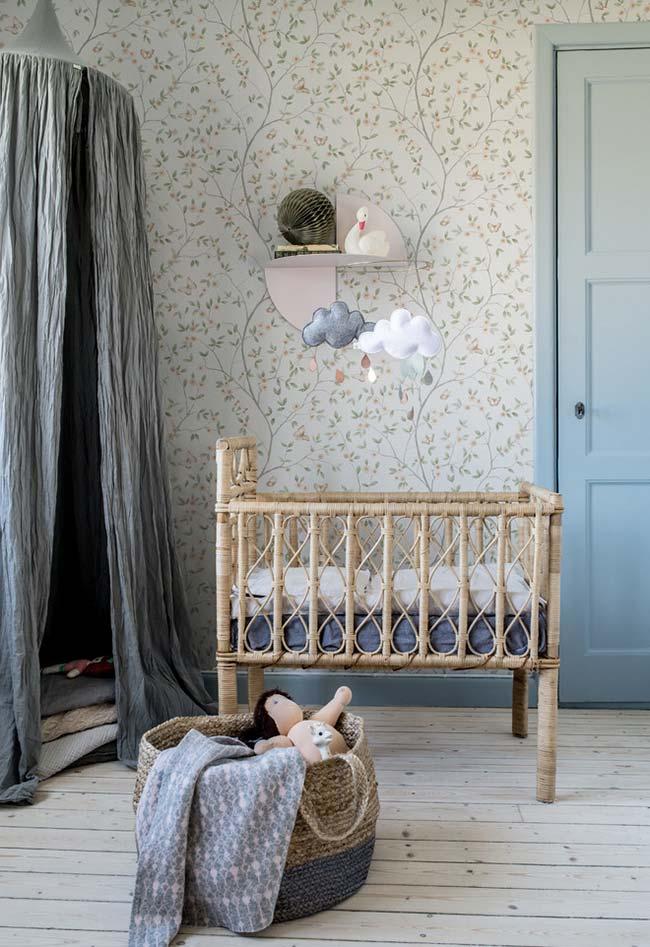 E em uma ideia de quarto de bebê mais rústico e com clima de sonho, um berço artesanal e papel de parede super delicado