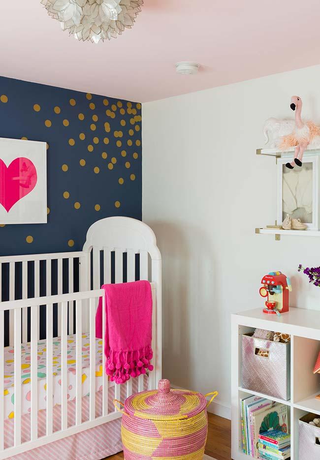 Outro quarto de bebê com um teto diferente: este aqui foi pintado com um tom bem clarinho de rosa