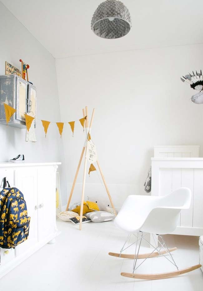 Uma cabaninha confortável para brincar e até tirar um cochilo neste quarto de bebê