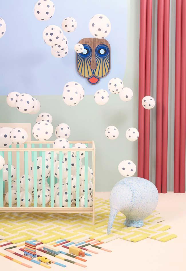 Aposte em elementos que estimulem a curiosidade e a descoberta do bebê de vários estímulos visuais e táteis dentro do quarto