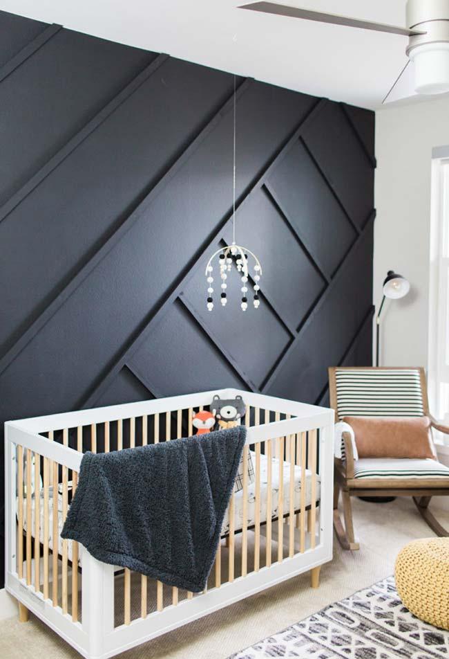Outra ideia de decoração de quarto de bebê com parede escura e uma boa distribuição de luz