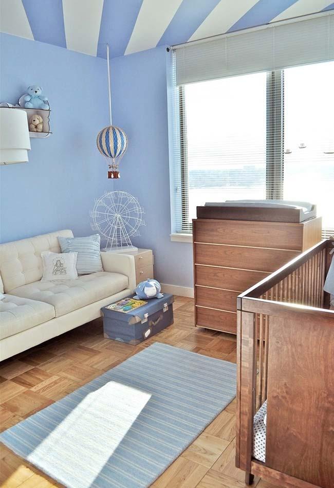 Outra ideia para quem não dispensa o clássico azul dos quartos de bebês masculinos