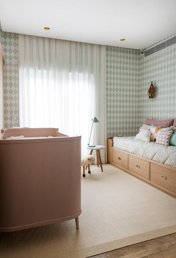 Rosa e verde claros fazem sempre uma combinação linda e super confortável para o quarto de bebês