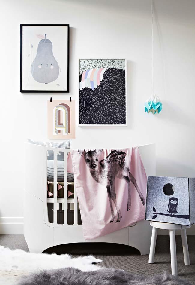 Num clima contemporâneo, uma decoração de quarto de bebê cheia de estampas e muito conforto