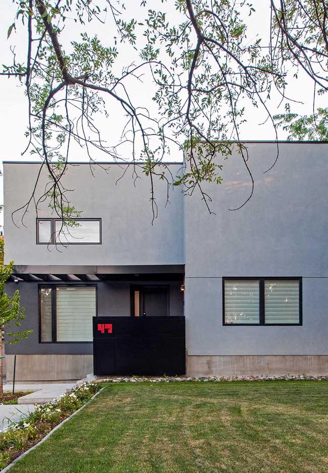 """Com telhado embutido e pintura cinza, essa casa apostou no conceito do """"menos é mais"""" para a fachada de casa"""