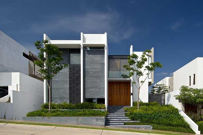 Incremente a proposta da fachada com árvores de pequeno porte