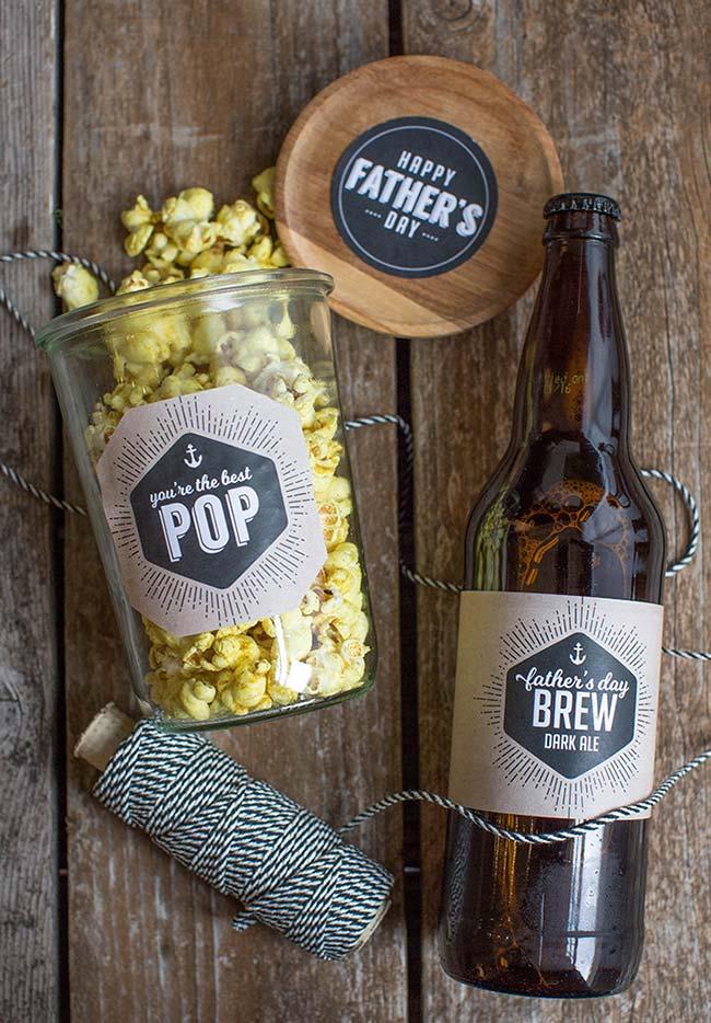Cerveja e pipoca para relaxar e comemorar o dia dos pais no maior estilo