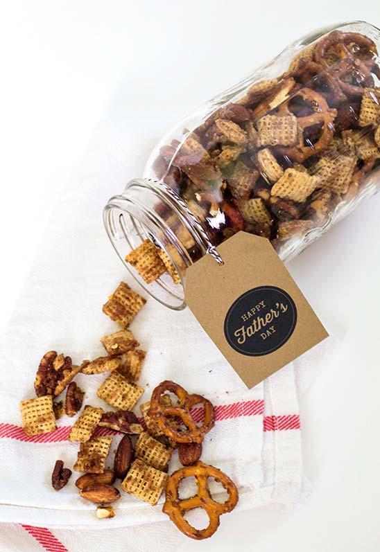 Snacks salgados: aposte nas mason jars para dar um toque mais moderno para est ideia de lembrança dia dos pais