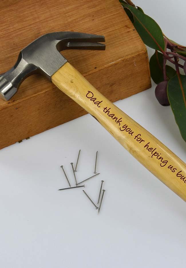 Para os papais que estão sempre construindo laços, um martelo feito sob medida