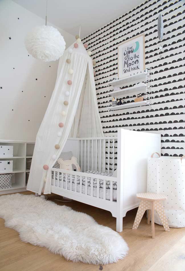 Decoração com diferentes papeis de parede para quarto de bebê