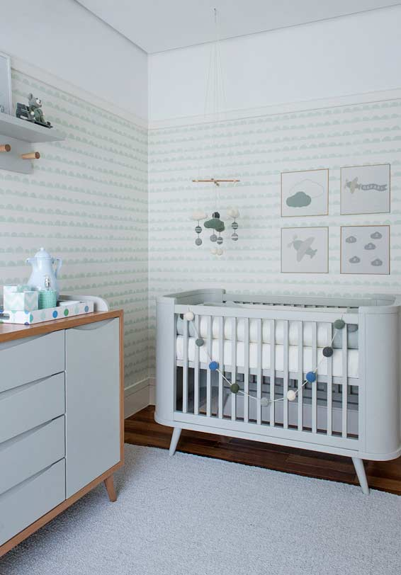 7e7feb696 09. Papel de parede para quarto de bebê masculino listrado em um tom claro  de azul  uma decoração tranquila para o ambiente
