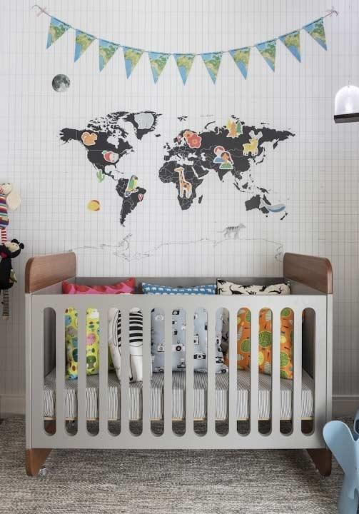 papel de parede com mapa mundi no quarto de bebê
