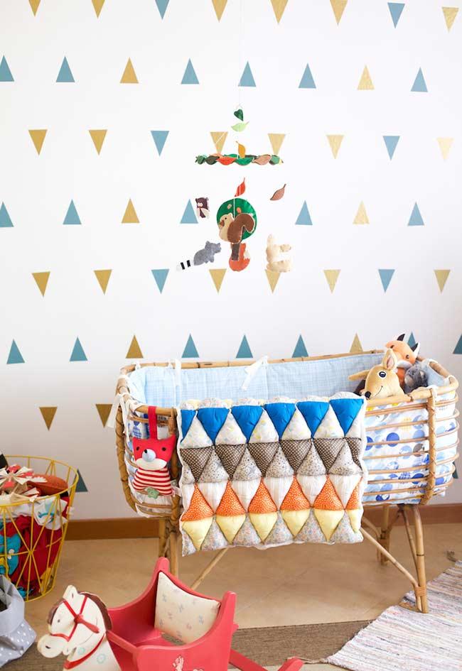 papel de parede para quarto de bebê em triângulos coloridos