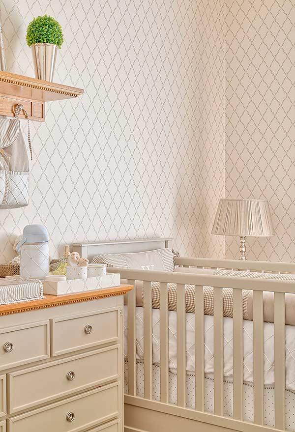Bege e prateado em um papel de parede para quarto de bebê que pede uma decoração mais luxuosa e elegante