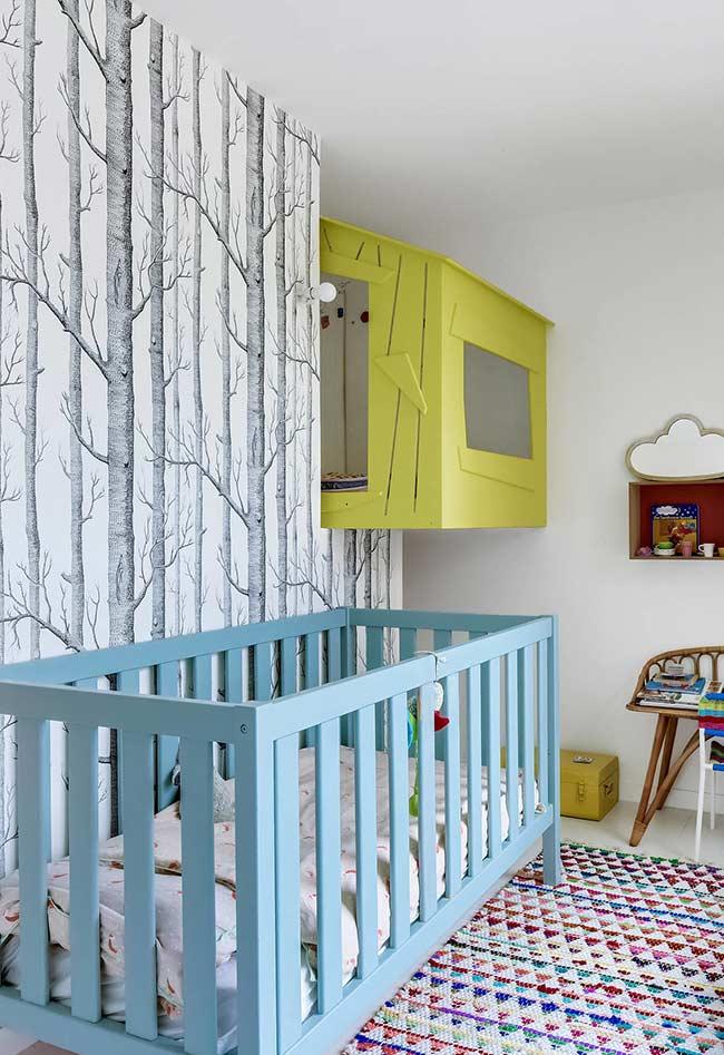 Papel de parede árvore num quarto de bebê com inspiração nas aventuras