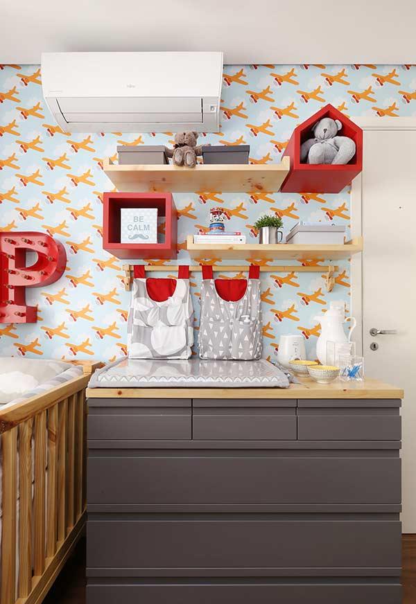 papel de parede para quarto de bebê com aviões coloridos