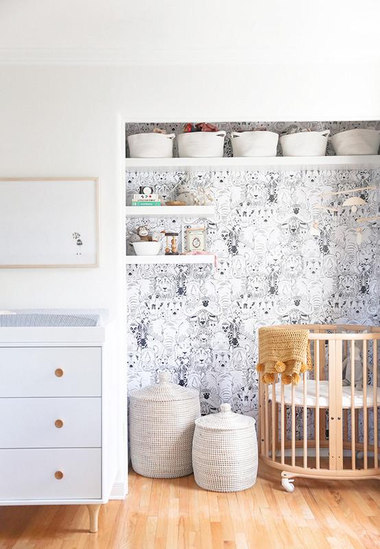 Papel de parede de ursinhos em preto e branco neste ambiente com recuo e decoração minimalista para quarto de bebê