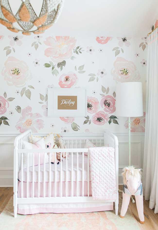 Quarto de bebê feminino com papel de parede