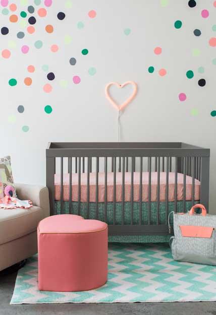 Quarto de bebê com decoração de bolinhas coloridas