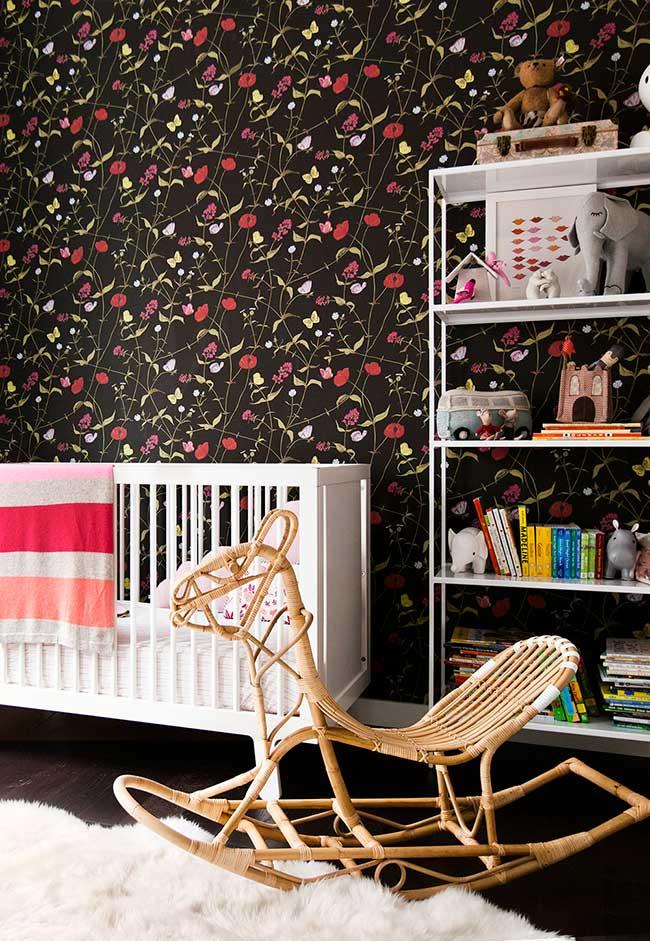 Outra decoração de quarto de bebê feminino com papel de parede