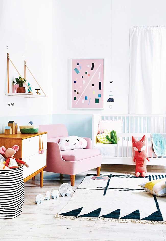Decoração de quarto de bebê feminino cheio de cores e personagens
