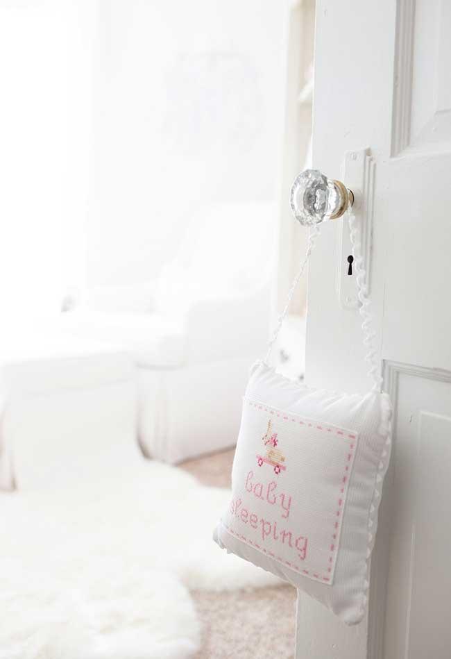 Detalhes da decoração de quarto de bebê menina