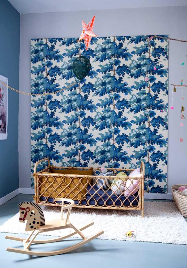 Nesta outra ideia com berço artesanal, o azul cria um ambiente lindo e tranquilo
