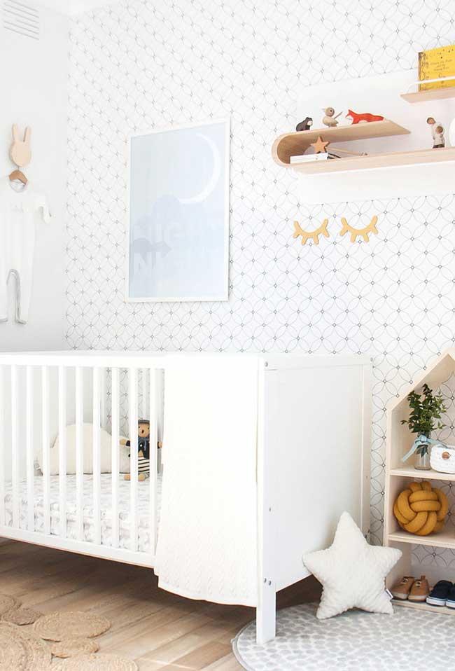 Outra ideia para quartos mais neutros é escolher um papel de parede com padrão simples