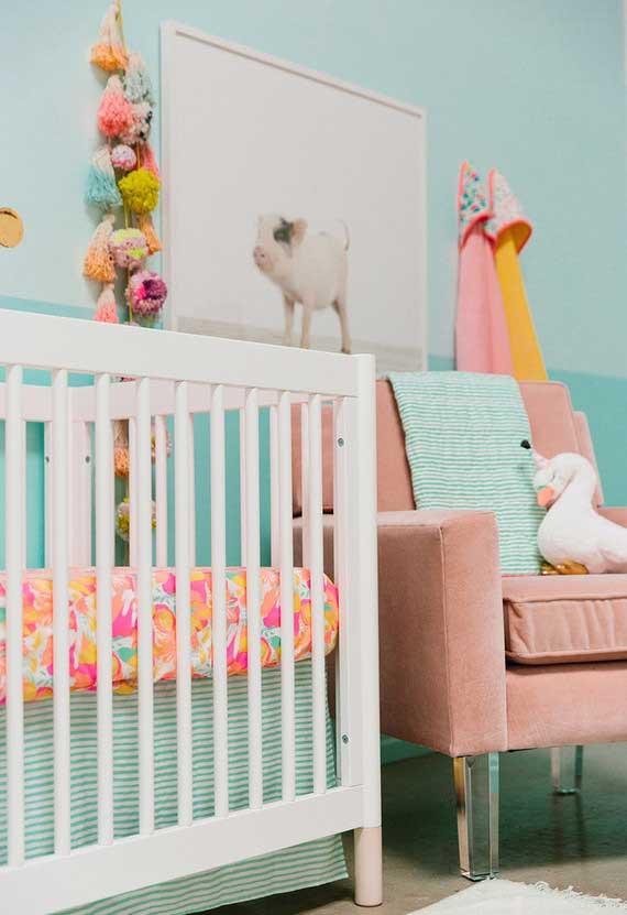 Rosa e azul como bases da decoração deste quarto de bebê feminino
