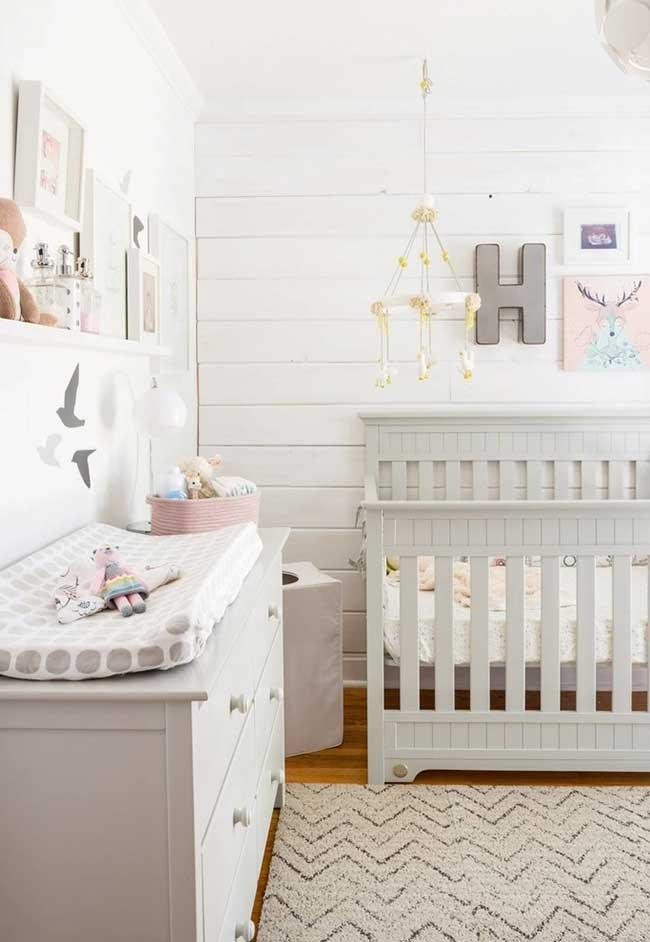 Outra ideia em cinza para quarto de bebê feminino