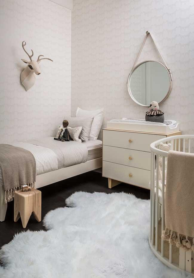 Num estilo mais minimal, um quarto de bebê menina em tons crus