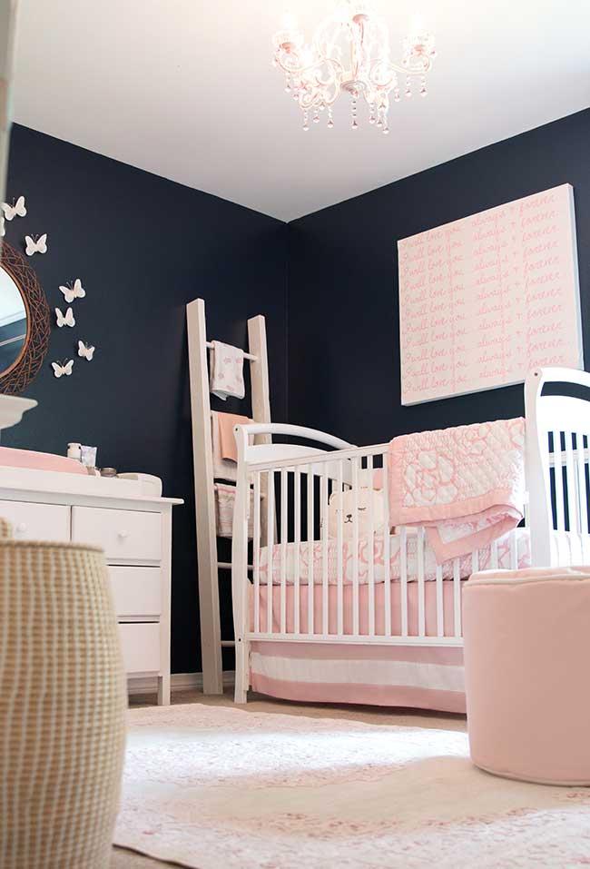 Parede escura em quarto de bebê menina