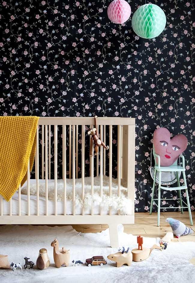 Florzinhas no fundo preto e muitas fofuras neste quarto de bebê feminino