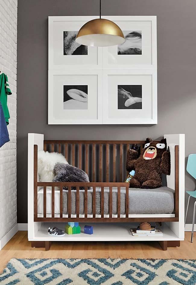 Quarto de bebê com berço planejado: este aqui vira uma cama quando o bebê cresce e ainda possui um nicho na parte de baixo para guardar sapatos, brinquedos e decorações