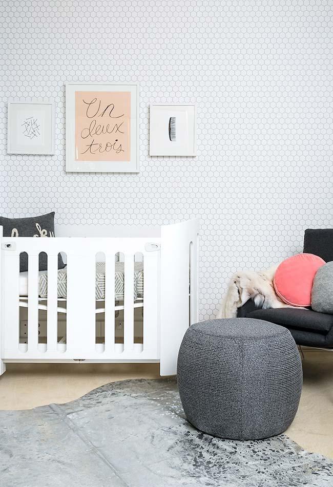 O cinza também é uma ótima opção para os quartos de bebê, tanto nos seus tons mais claros, quanto nos mais escuros