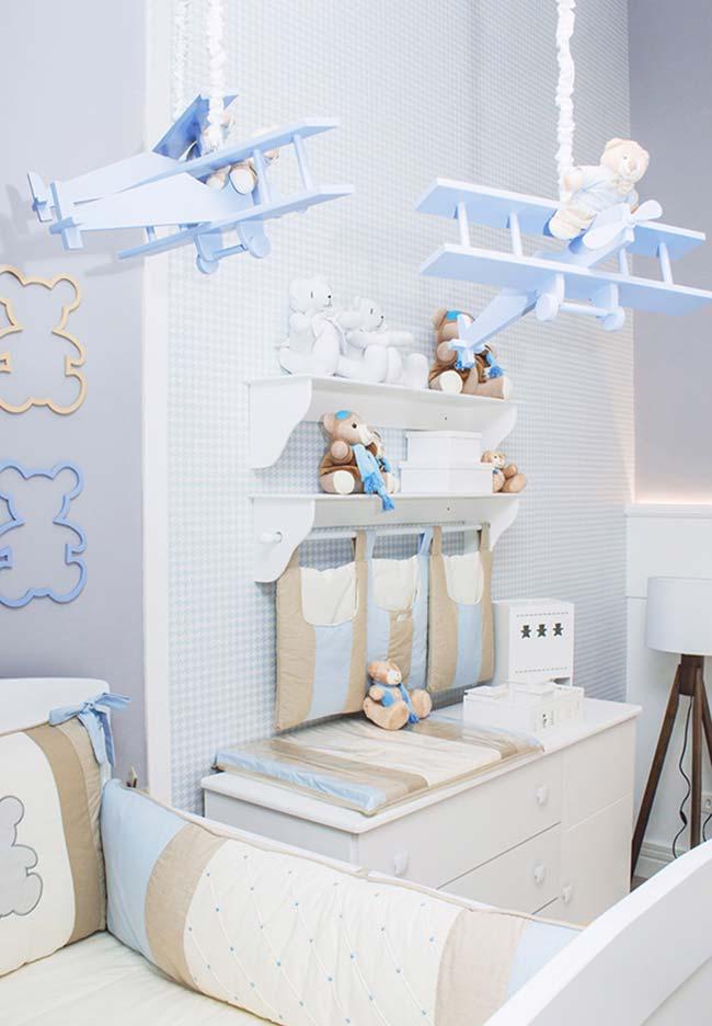 Num tom mais tradicional, um quarto de bebê masculino em azul, marrom e branco