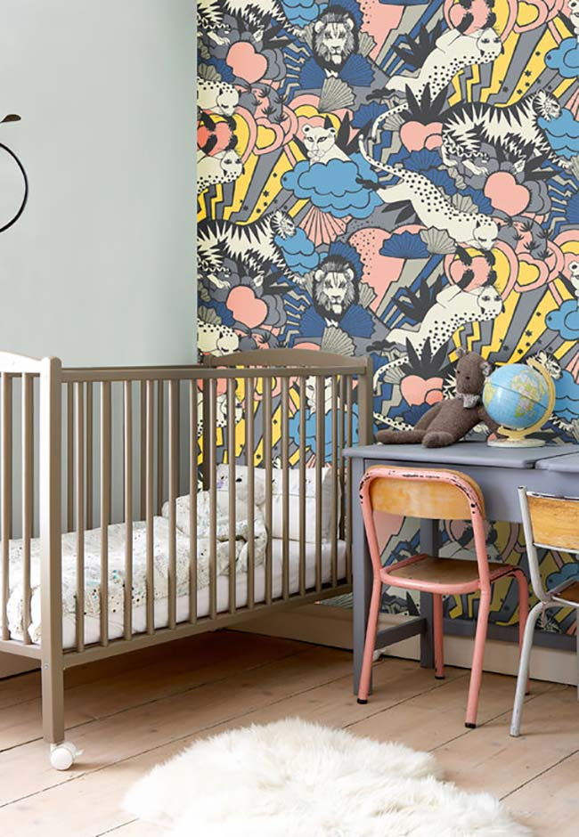 Toques de rosa no quarto de menino sim! Uma decoração com papel de parede cheio de atitude e muitas cores