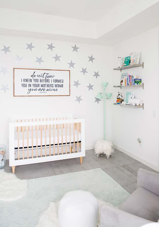 Uma ideia de quarto de bebê masculino em branco