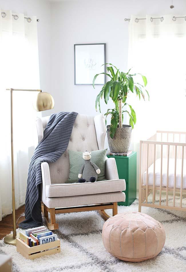 Se você tiver mais espaço no quarto, separe uma área só para a cadeira de amamentação da mamãe