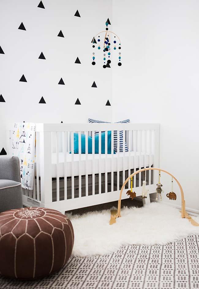 Aposte nos tapetes e até na sobreposição de tapetes para deixar o ambiente mais aconchegante e confortável