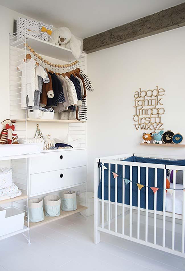 Guarda-roupas aberto com gavetas, nichos e prateleiras: uma tendência da decoração também para quartos de bebê