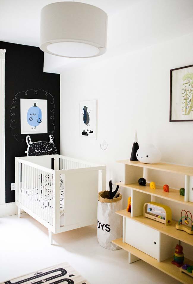 Busque soluções simplificadas para economizar na sua decoração: uma ótima ideia é o saco de papel para brinquedos, que ocupa menos espaço e é mais barato do que os tradicionais baús
