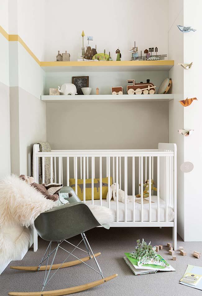 Aliás, as prateleiras podem ser de grande ajuda para organizar brinquedos e colocar decorações que dão mais personalidade para o ambiente