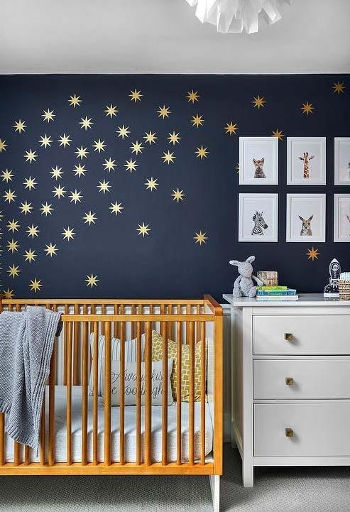 Uma noite estrelada para sonhar neste quarto de bebê masculino azul