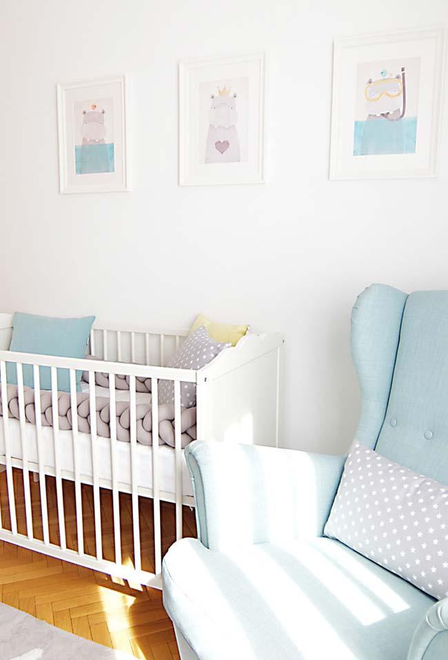 Um quarto de bebê super tranquilo e relaxante em branco e azul